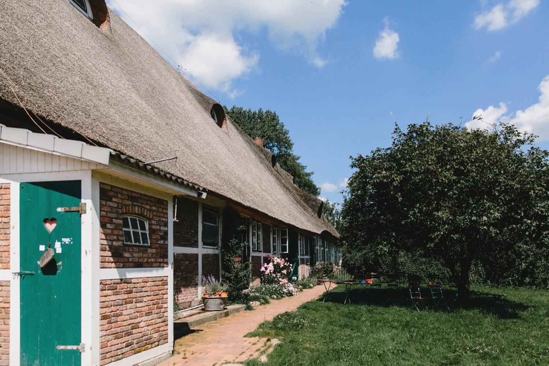 Die Ferienwohnungen in dem denkmalgeschützten Fachwerkhaus mit Reetdach des Hof Eggers in Hamburg Kirchwerder