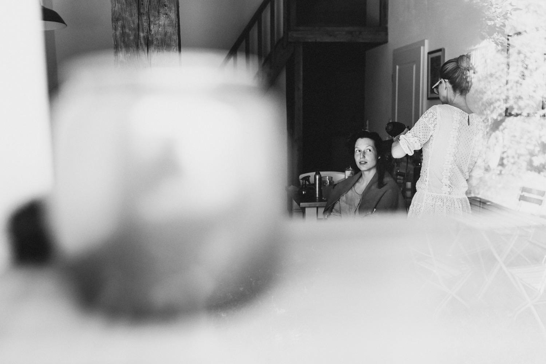 Die Braut beim Getting Ready und dem Styling mit der Friseurin Anja Goldemann auf Hof Eggers