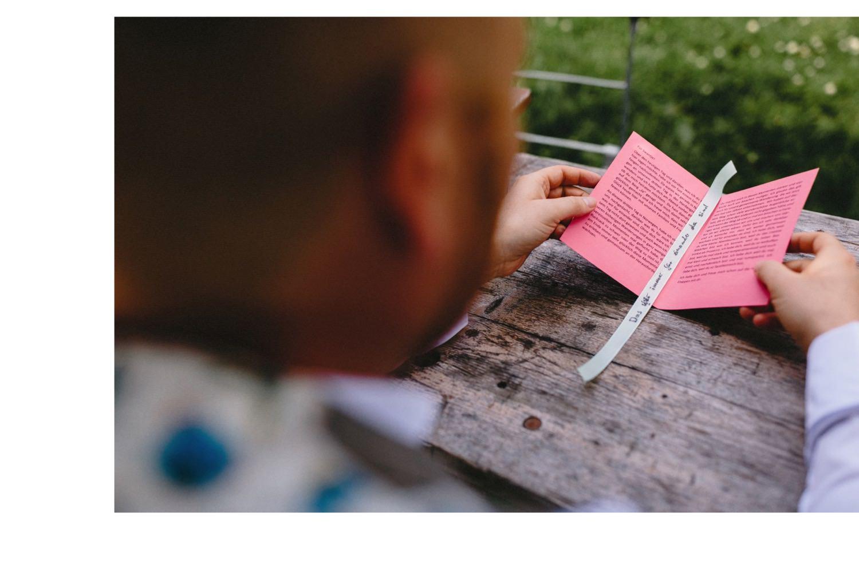 Der Bräutigam liest vor der Trauung sein Eheversprechen