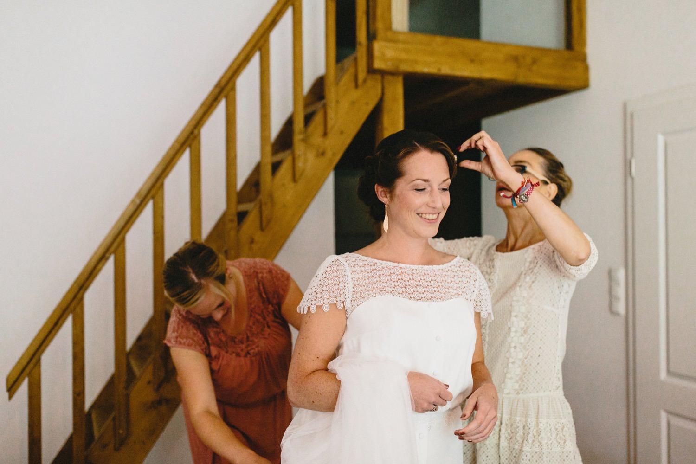 Hochzeit auf Hof Eggers, die lachende Braut wird in der Ferienwohnung für die Trauung fertig gemacht