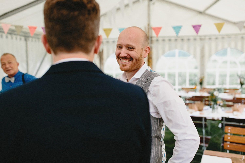 Der Bräutigam begrüßt die Gäste vor der Trauung im Partyzelt