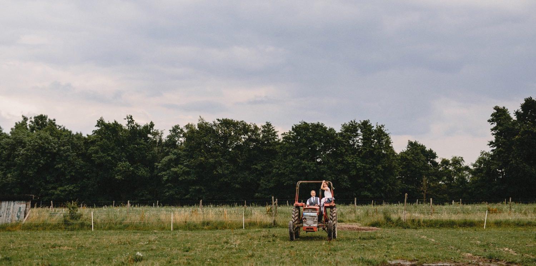 Die Frau und ihr Vater fahren mit dem Trecker zur Trauung auf Hof Eggers in Hamburg Kirchwerder