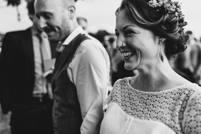 Die Braut lacht beim walk the aisle mit ihrem Bräutigam Hochzeitsfotograf Hamburg Hof Eggers