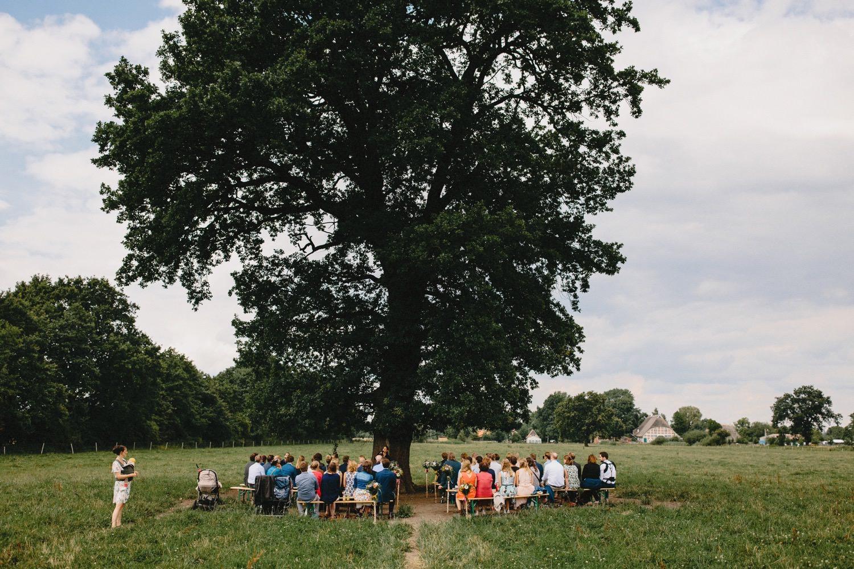 Weltliche Trauung auf dem Feld unter der großen Eiche auf dem Hof Eggers Hochzeitsfotograf Till Gläser