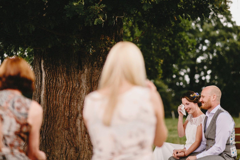 Die Braut weint Freudentränen bei der freien Zeremonie mit Imke Klie unter der großen Eiche auf Hof Eggers in Hamburg