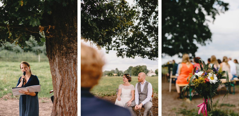 Drei Fotos von der Traurednerin, dem Brautpaar und der Blumendeko während der weltlichen Trauung auf der Weide von Hof Eggers