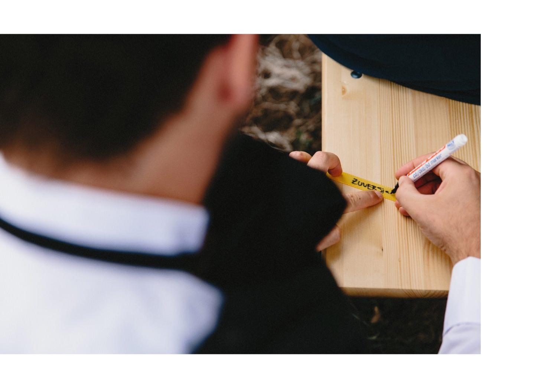 Die Gäste schreiben bei einem Trauundgsritual gute Wünsche auf kleine Schleifen