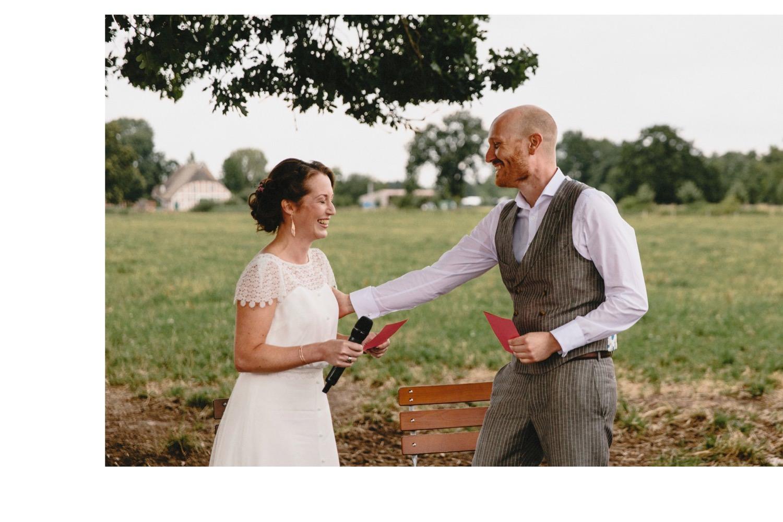Freudentränen kullern bei der freien Trauung unter der großen Eiche und der Bräutigam nimmt seine Braut in den Arm
