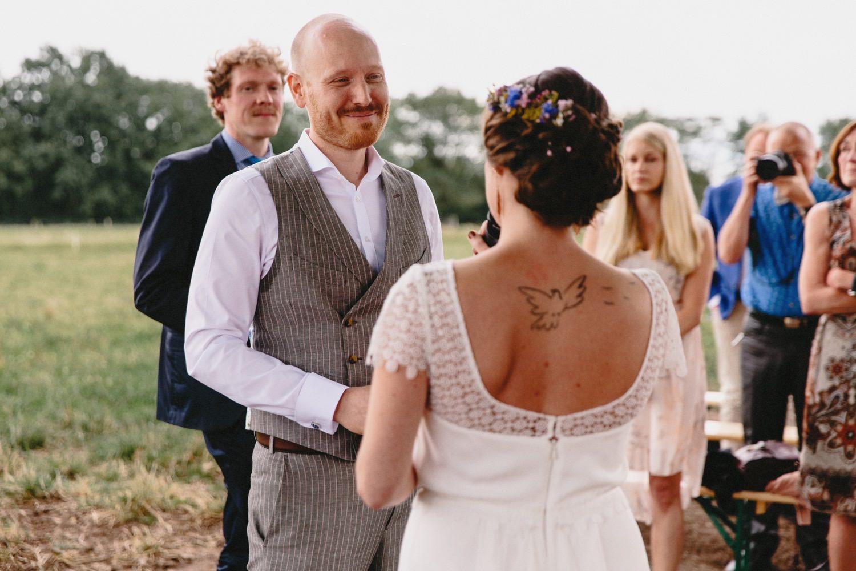 Der Bräutigam schaut seine Braut verliebt in die Augen beim Eheversprechen der freien Trauung