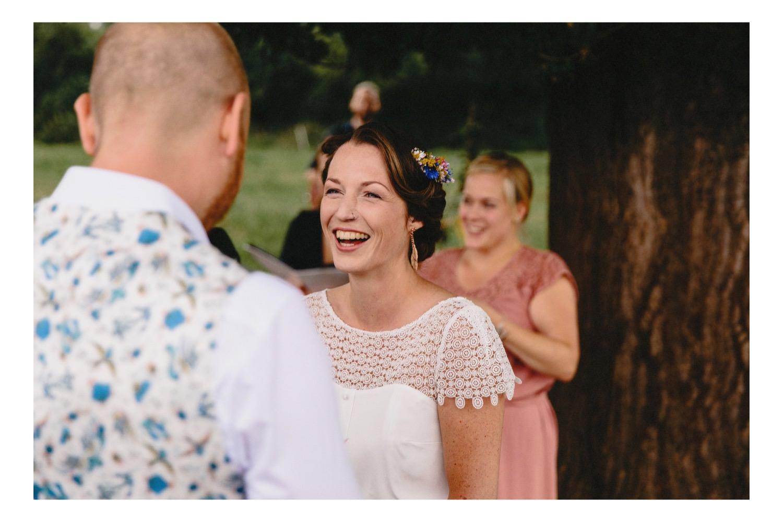 Die Braut lacht, als ihr der Bräutigam sein Eheversprechen gibt Hochzeitsfotograf Hamburg
