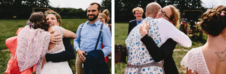 Gäste gratulieren dem Brautpaar auf der großen Weide des Hof Eggers nach der freien Trauungszeremonie mit der Traurednerin Imke Klie