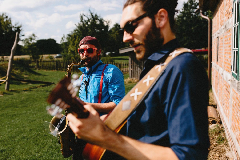 Zwei Musiker spielen beim Hochzeitsempfang auf einem Saxophon und einer Gitarre