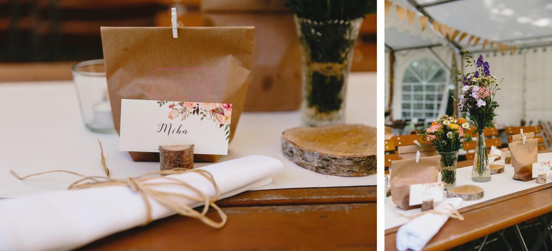 Rusikale Boho Tischdekoration im Partyzelt des Hof Eggers mit Servietten, Namenskarten und Holzedekoration