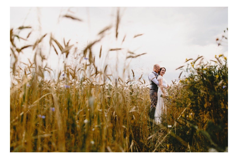 Braut und Bräutigam im Weizenfeld beim Portraitshooting mit ihrem Hochzeitsfotografen in Hamburg