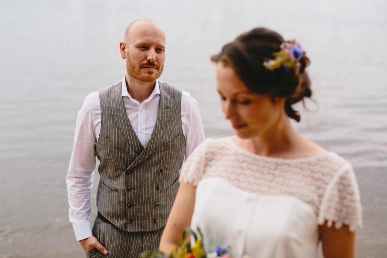 Das Brautpaar steht an der Elbe beim Zollenspieker Fährhaus
