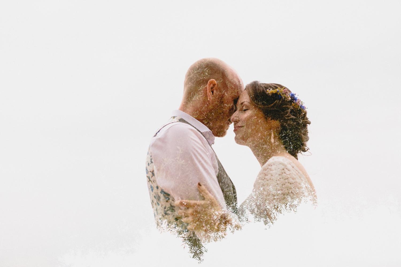 Doppelbelichtung des kuschelnden Brautpaares mit einem floralen Muster