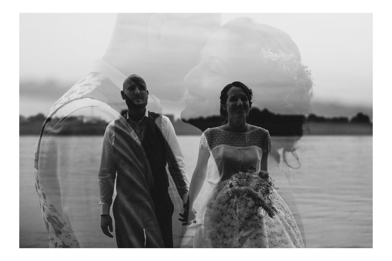 Schwarz-Weiß-Doppelbelichtung des Brautpaares an der Elbe