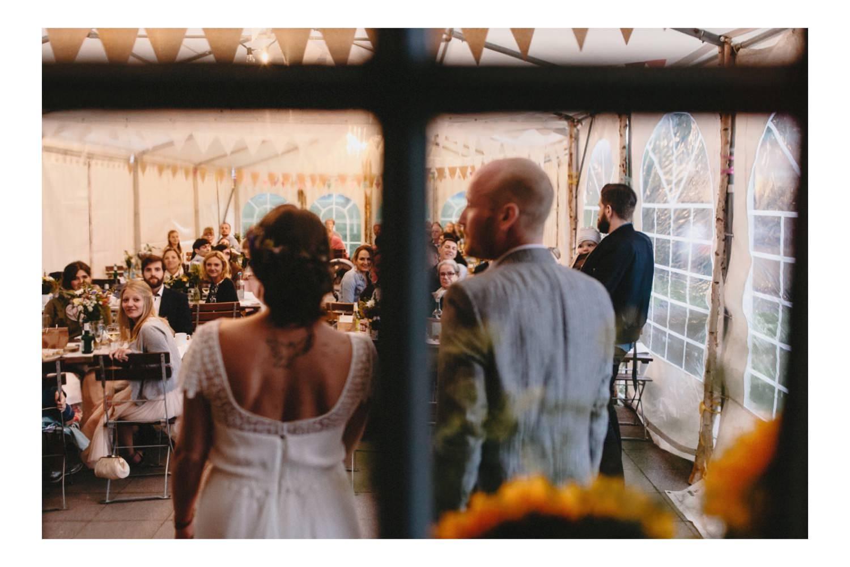 Das Brautpaar hält im Partyzelt eine Rede vor den Hochzeitsgästen