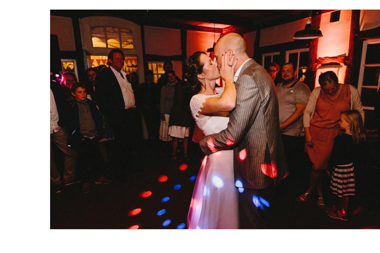 Die Braut küsst ihren Bräutigam während des Ehrentanzes bei der Hochzeit auf Hof Eggers