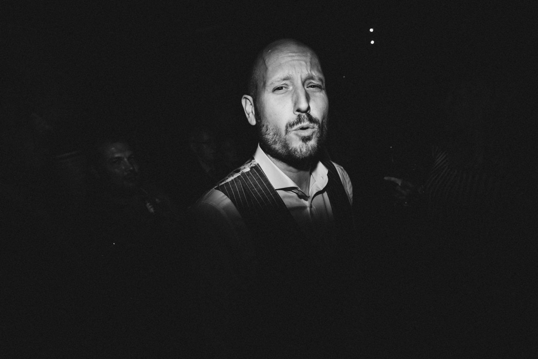 Der Bräutigam singt zu der Musik, die der DJ Gerson Duarte von Getont spielt