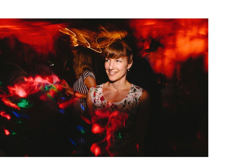 Lachender und tanzender Hochzeitsgast bei der Hochzeitsparty mit Lichteffekten um sie rum