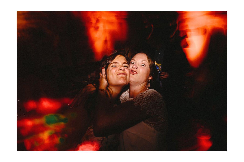 Die Braut und ihre Freundin machen Grimassen in Richtung ihres Hochzeitsfotografen während ihrer Hochzeit in Hamburg