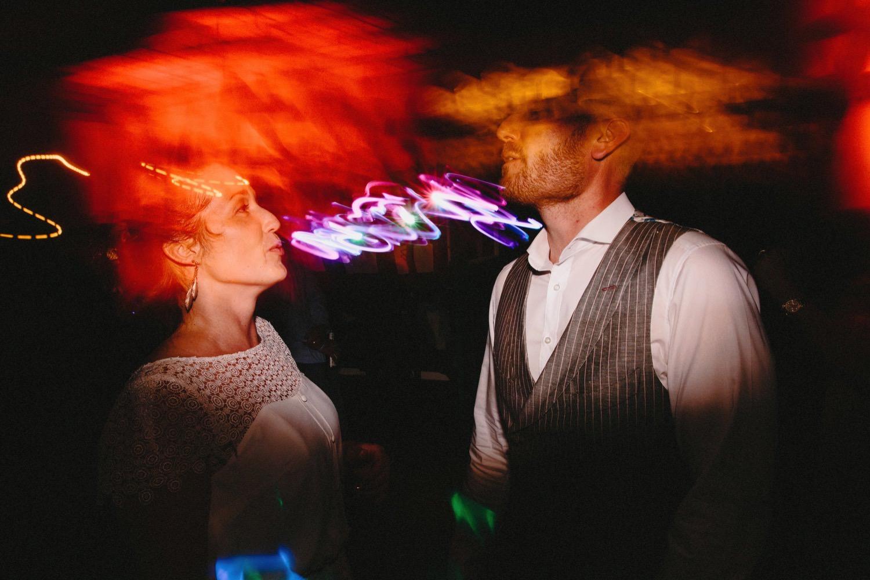 Braut und Bräutigam tanzen zusammen auf ihrer Hochzeit zur Musik des Hochzeis-DJs