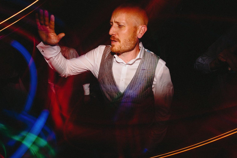 Der Bräutigam tanzt zur Musik vom Hochzeits-DJ auf der Hochzeit auf Hof Eggers
