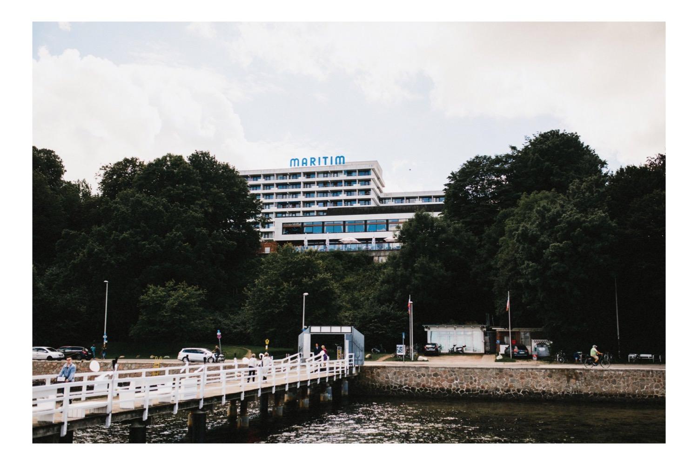Das Maritim Hotel vor einer Reihe Bäumean der Kieler Förde