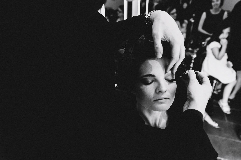 Braut bei ihrem Friseur für eine Hochzeit in Kiel