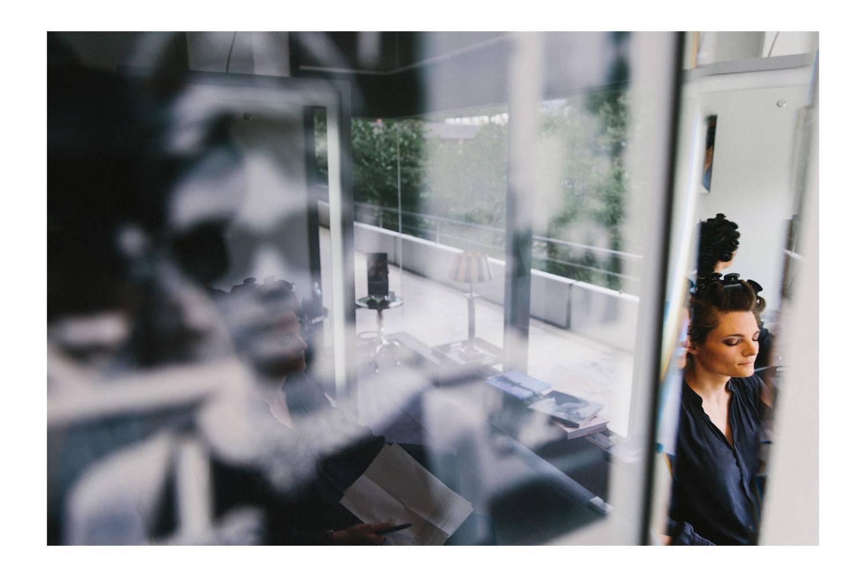 Hochzeitsfotograf Kiel im Maritim Hotel mit Braut beim Friseur und und einem Bild von Audrey Hepburn im Vordergrund