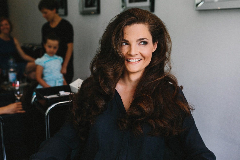 Braut beim Friseur mit langen offenen Haaren - Björn Donner Maritim Hotel Kiel