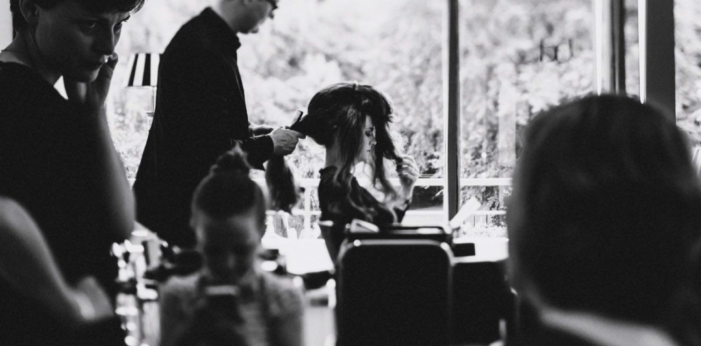 Braut beim Friseur mit ihren Freundinnen in Kiel mit langen Haaren
