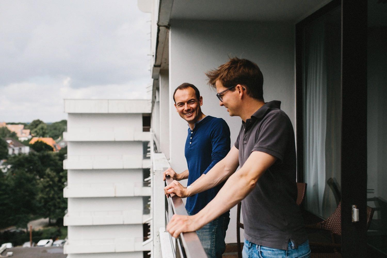 Bräutigam mit seinem Freund auf dem Balkon des Maritim Hotels in Kiel an der Förde