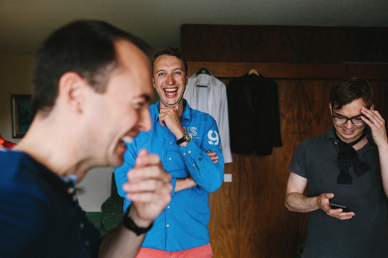 Bräutigam und seine Freunde lachen beim Schleife binden im Maritim Hotel in Kiel