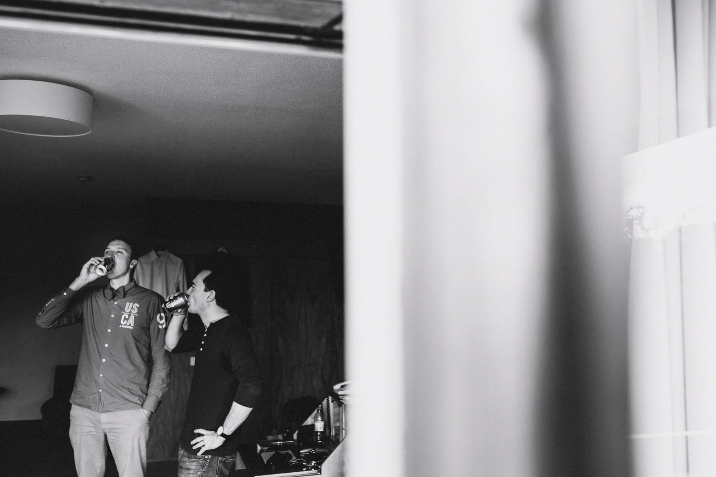 Bräutigam und Trauzeuge trinken ein Bier vor der Hochzeit im Maritim Hotel in Kiel