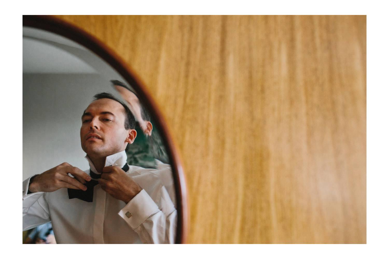 Der Bräutigam bindet sich die Schleife seines Smokings Hochzeitsfotograf Kiel