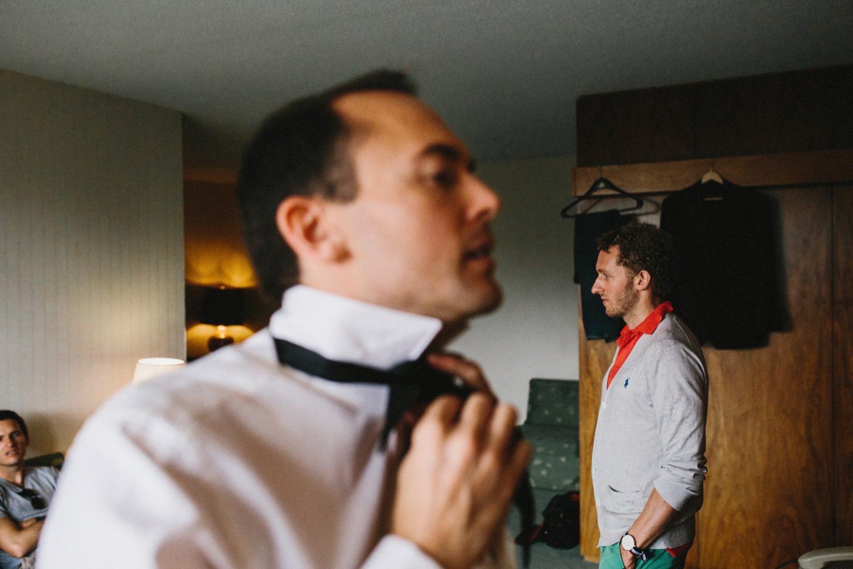 Der Bräutigam und seine Freunde im Hotelzimmer der Hochzeit in Kiel