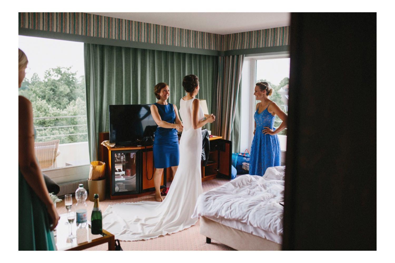 Braut und ihre Freundinnen stehen beim Getting Ready im Hotelzimmer im Maritim Hotel in Kiel