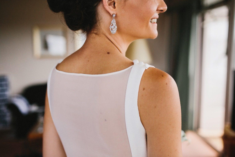 Detailaufnahme des Kleides und der Ohrringe bei einer Hochzeit im Maritim Hotel