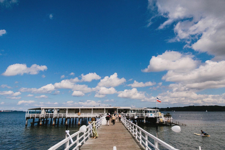 Auf der Brücke der Seebar in Kiel bei strahlendem blauen Himmel und mit Blick auf die Ostsee