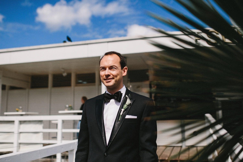 Auf dem Steg der Seebar in Kiel wartet der Bräutigam auf seine Braut