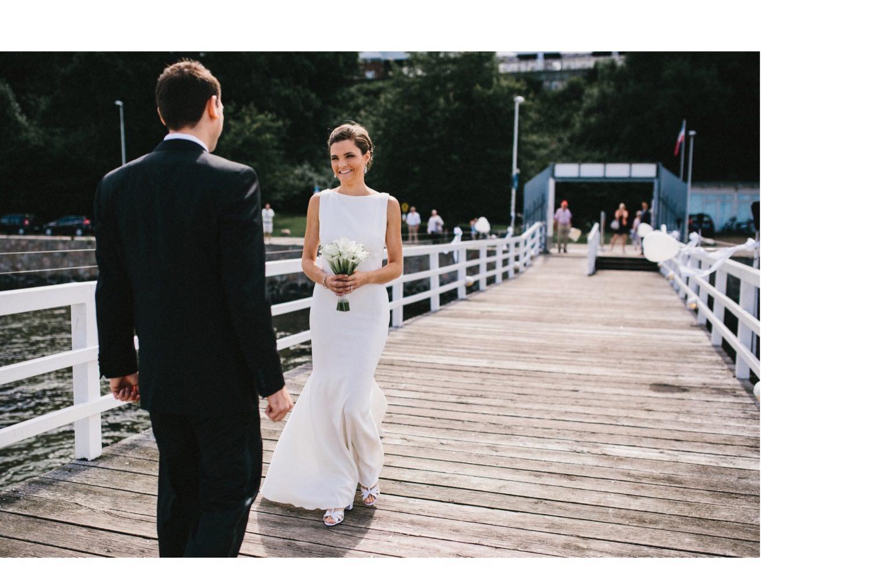 Braut und Bräutigam sehen sich das erste mal bei einer Hochzeit an der Ostsee