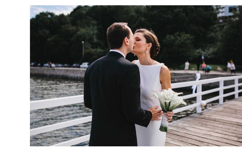 Der First Look bei einer Hochzeit in der Seebar in Kiel Braut und Bräutigam Küssen sich