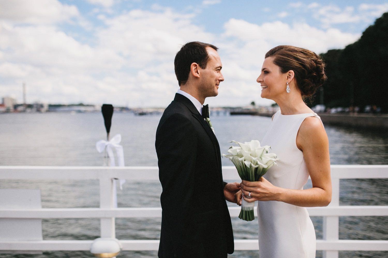 In der Seebar sieht sich das Brautpaar das erste mal und im Hintergrund ist die Kieler Förde