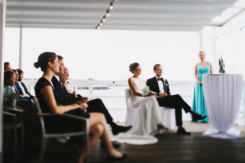 Braut und Bräutigam in weißem Kleid und Smoking bei der weltlichen Trauung in der Seebar in Düsternbrook Hochzeitsfotograf Kiel