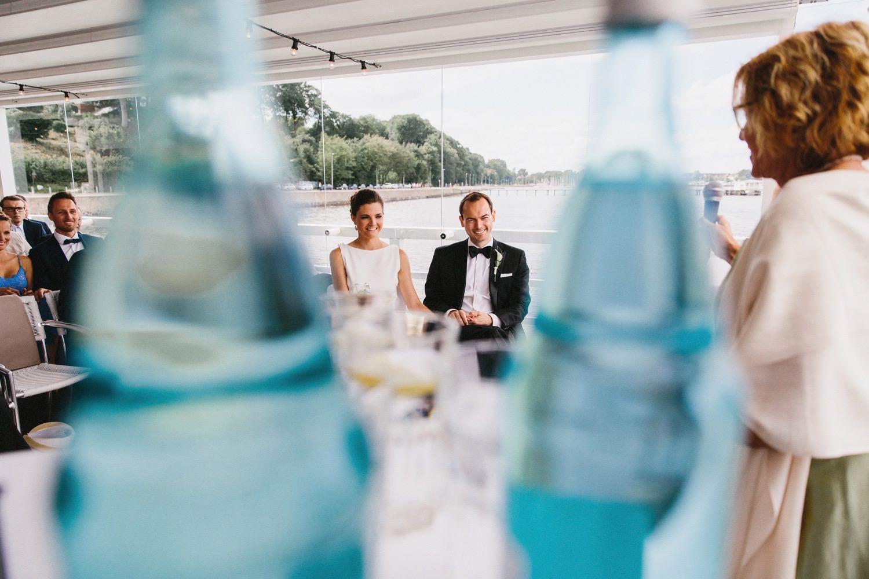 Das lachende Brautpaar während der Trauung in Kiel an der Ostsee