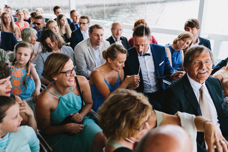 Die Gäste betrachten die Rinde des Brautpaares Hochzeitsreportage