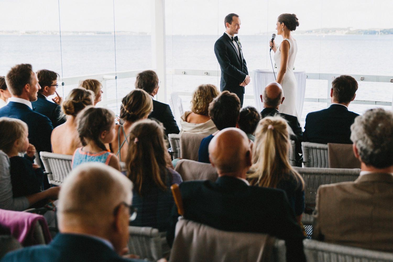 Braut und Bräutigam geben sich in der Seebar in Kiel Düsternbrook das Eheversprechen bei der weltlichen Trauung Hochzeitsfotograf Kiel