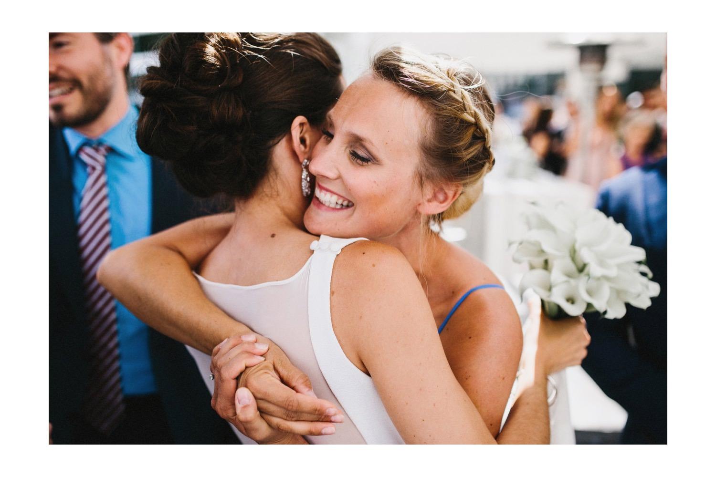 Der Braut wird von den Gästen nach der Hochzeit gratuliert Hochzeitsfotograf Kiel